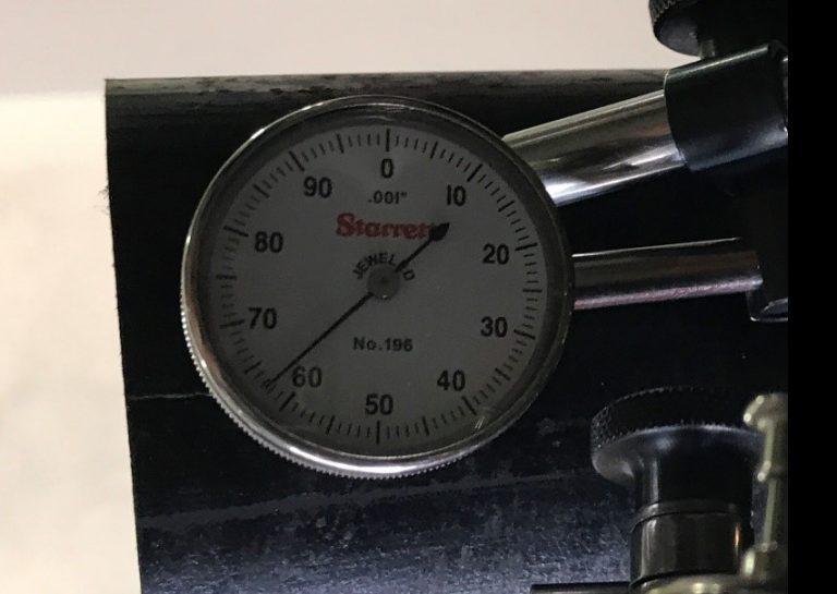 Hiện tượng giá đỡ bị lệch khi cân tâm với đồng hồ so